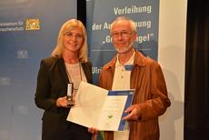 """Die bayerische Umweltministerin würdigte jetzt Volker Weigand aus Meeder für sein Engagement im Naturschutz und zeichnete ihn mit dem """"Grünen Engel"""" aus. (c) StMUV"""