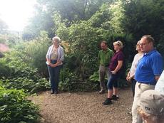 Mit dem LBV führte Carola Rückert am 17. Juni durch ihren Garten. (c) Cordelia Hiller