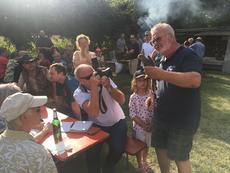 Ulrich Leicht stellt den Gästen des Sommerfests einen seiner Pfleglinge vor