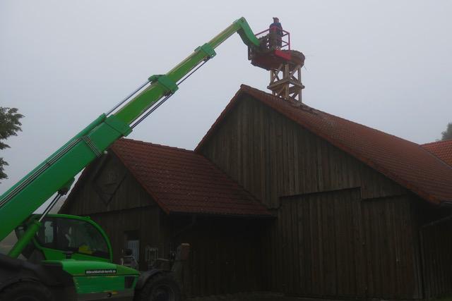 Nach Genehmigung durch die Untere Naturschutzbehörde war es am Samstag, 3. Juli 2021, so weit: Andreas Giese, der Vorortbeobachter, hat einen Nachbarn, Bernd Herold, mit einem Teleskoplader organisiert. (c) Schönecker