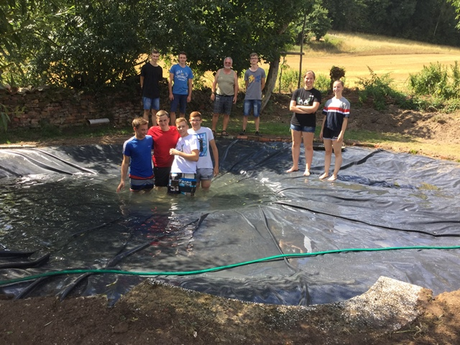 Neun Auszubildende von Brose haben in der LBV-Greifvogelstation diesen Teich angelegt. (c) Andreas Schirmer, Brose