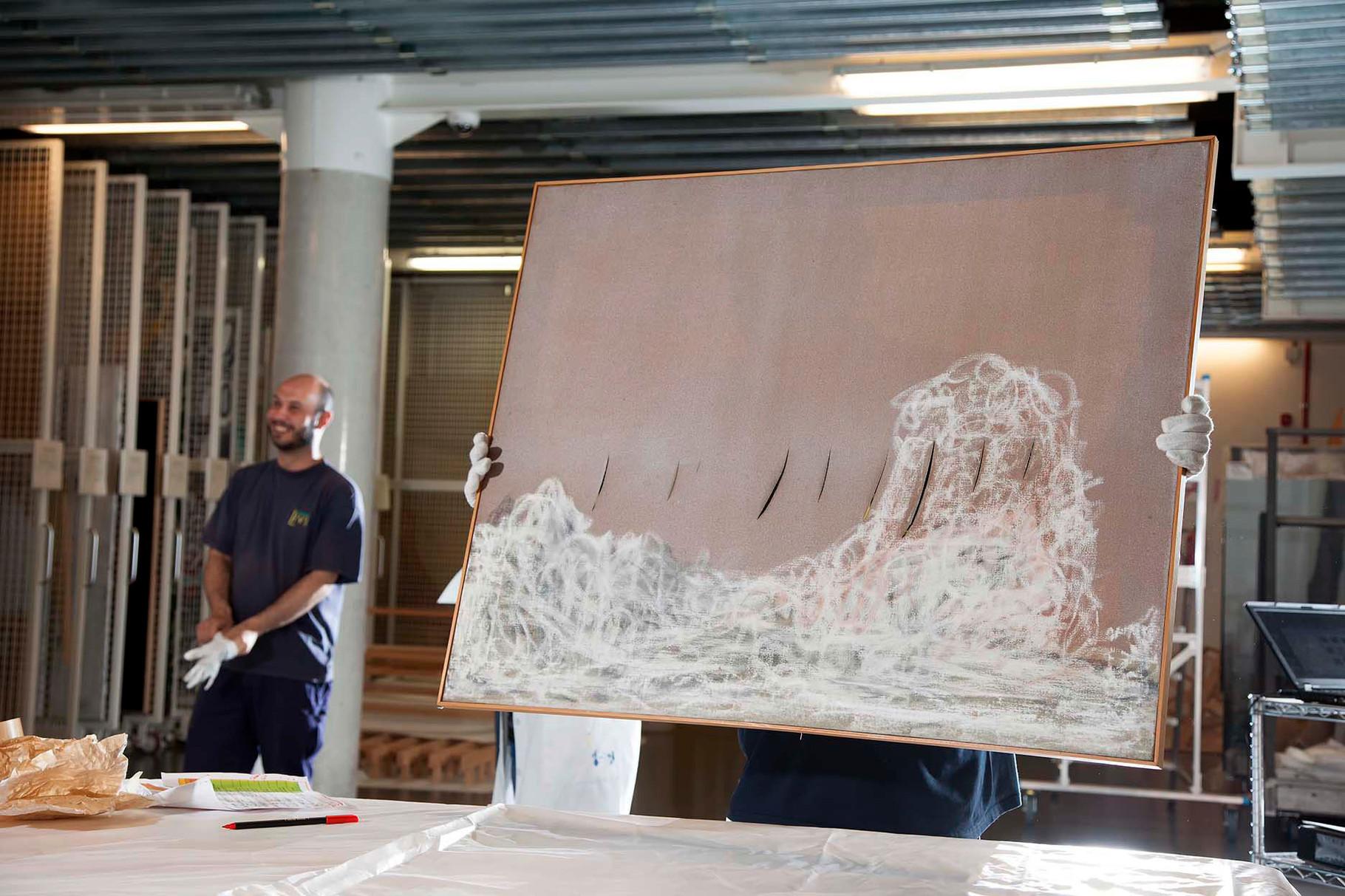 Manipulació d'un Lucio Fontana. Manipulación de un Lucio Fontana. A Lucio Fontana being moved.