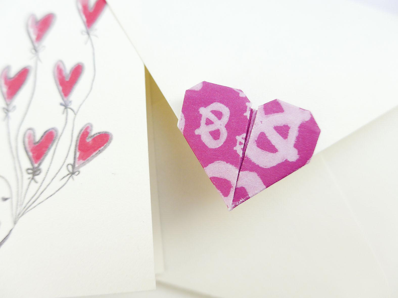 Herz als Lasche für den Briefumschlag aufkleben