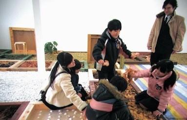 子どもたちは、自然と触れ合いつつ安心して遊ぶことができる。