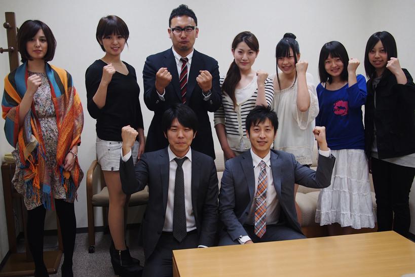記者会見に臨んだコレカラパーソン。下段は細谷聡さん(右)と市川浩一さん(左)