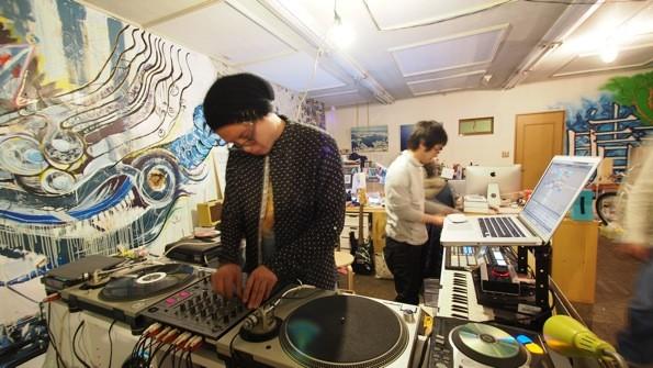 会場では、Kazuya ONO(左)とAOPONkonbain(右)のライブセッションも行われた。