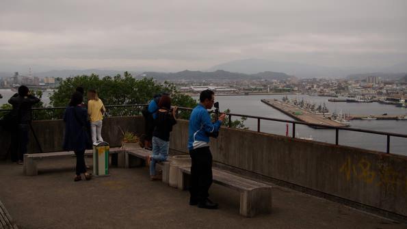 まずは三崎公園展望台から小名浜の全景を撮影。視線の奥には遠くうっすらと湯ノ岳が見える。