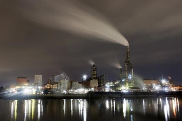 みなと大橋そばから撮影した堺化学工業小名浜工場。 photo by Takashi Tokuda
