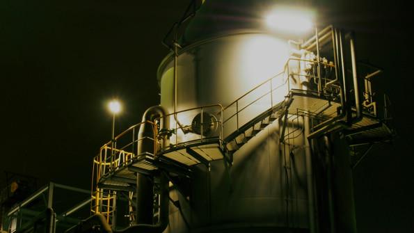 冷たく光る無機質なタンク、階段。不気味な美しさを身にまとう。