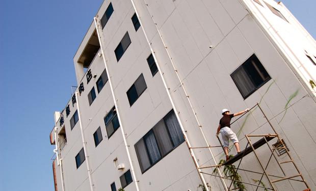 作業は高さ2.5メートルの足場の上で行われた。