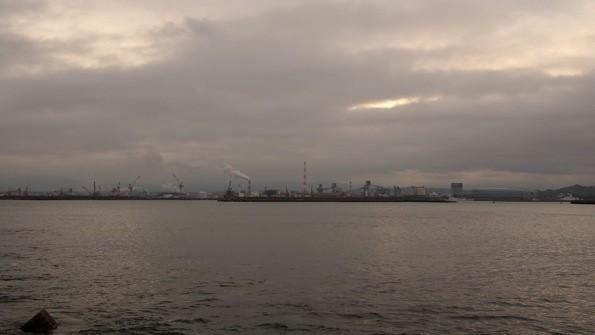 三崎公園下の松下海岸から望む工場地帯。たなびく雲が印象的だった。