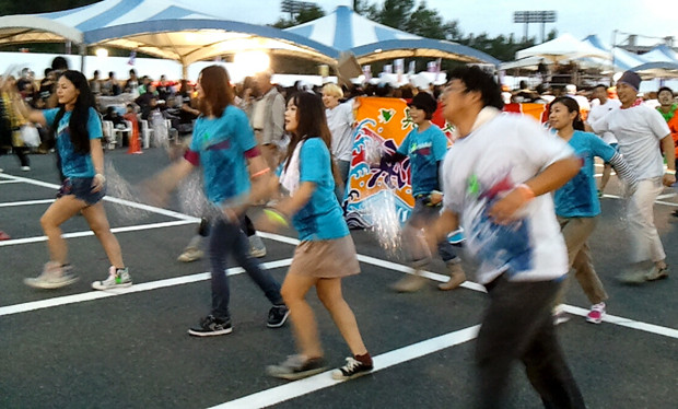 前半25分、後半25分の長丁場。全員が汗だくで踊り続ける。 photo by KEN