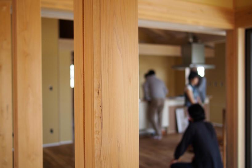 背割りの入った杉の柱。木が支える住宅は、住む人に安心を与えてくれる。