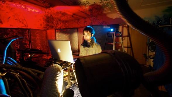 雨読の毒での青田。派手な動作はほとんどない。淡々と音楽を紡いでいく。職人気質なサウンドクリエイターである。