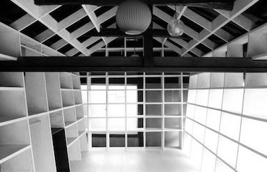 環境の棚。大きな建物が「格子」に細分化され、使い手が作り手になる。