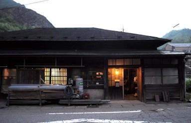皆川が滞在する赤倉地区の民家。古民家がアーティストの制作拠点となる。