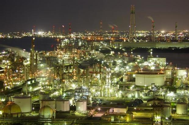 三重県四日市市の工場地帯の写真。小名浜とは規模が違いすぎる大迫力。 四日市市観光協会HPより