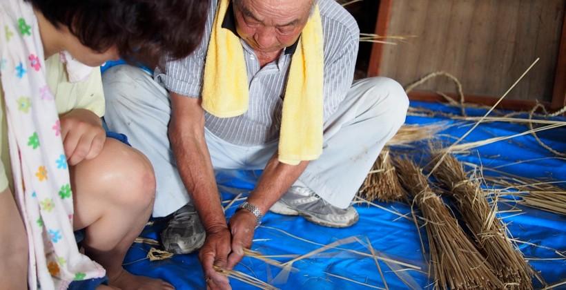 縄もじり。職人はいとも簡単にやっていく。参加者は悪戦苦闘しながらも、家づくりの大変さを学ぶ。