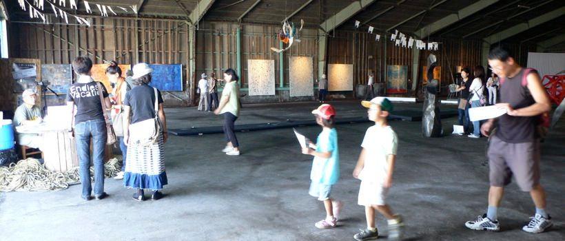 会場となった4号倉庫がアート空間として生まれ変わる。休日には家族連れなどもやってきて賑わいを見せた。