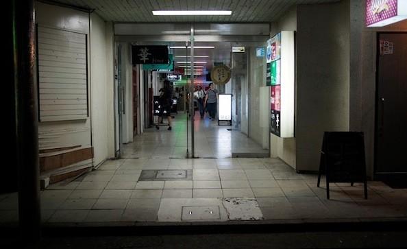 小名浜町内のテナントビル。飲食店の看板が昭和の香りを色濃く残す。