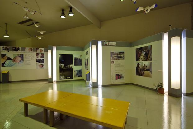 テーマごとに分かれた写真の展示。震災直後に生まれた赤ちゃんの写真などもある。