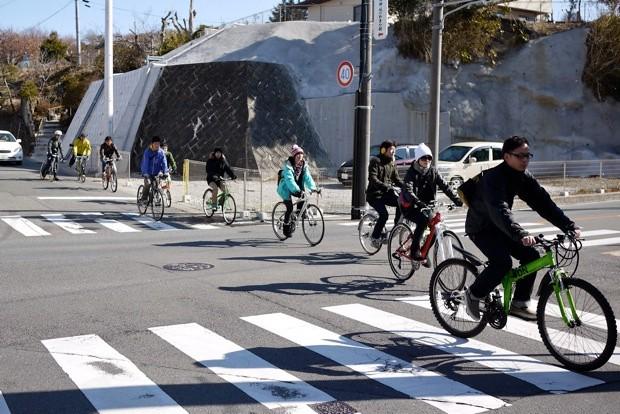 参加者の自転車はさまざま。本格的なロードバイクあり、折りたたみあり、ママチャリあり。自由にサイクリングを楽しむ。