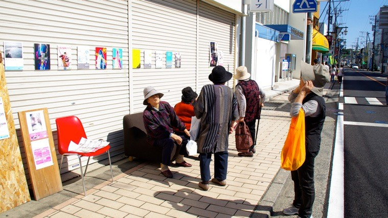 本町通りUDOK.には、これまで開催されてきたワークショップのフライヤーが展示された。photo by monaken