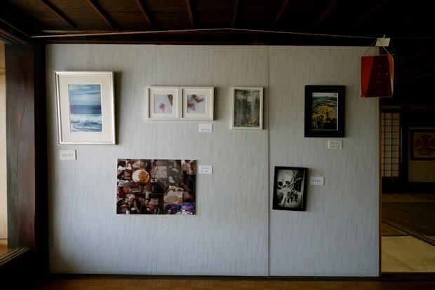 柔らかな日差しが差し込む2階のフロアに展示された作品。それぞれの15月11日。