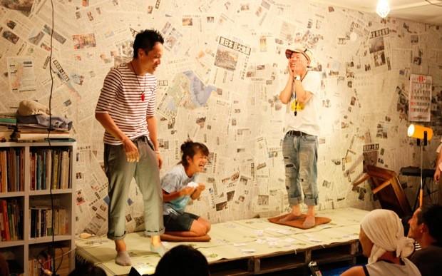 """時には観客を舞台に上げ、劇を進めていくが、""""素人"""" が入ることで、笑いがさらに予想不可能なものになっていく。"""