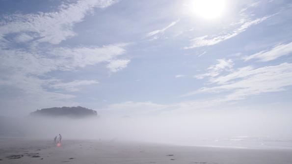 梅雨明けの永崎海岸。朝の砂浜には夏らしい霧のヴェール。