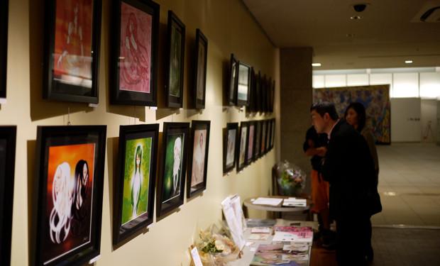 14枚ずつのイラストが、規則的に並ぶ会場。作品はすべて女性画である。