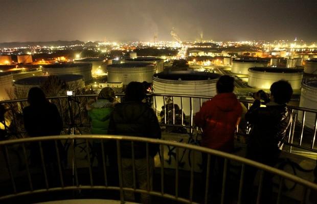参加者がもっとも湧いたのも、やはりコンビナートを見下ろせる場所だった。撮影 : HIZAGAR
