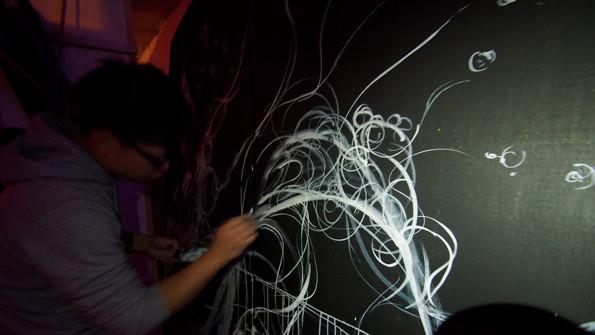 untangleによるライブパフォーマンス。粗と密の絶妙なバランスで線を引くアーティストである。