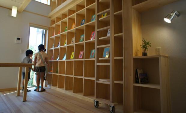 本棚は、やはり子どもたちに大人気。歯くんもとてもうれしそうにしていた(ように見えた)。