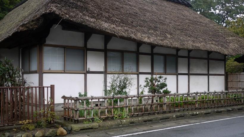 江名の通りにある茅葺き屋根の家屋。かつては造り酒屋として賑わいを見せていたという。