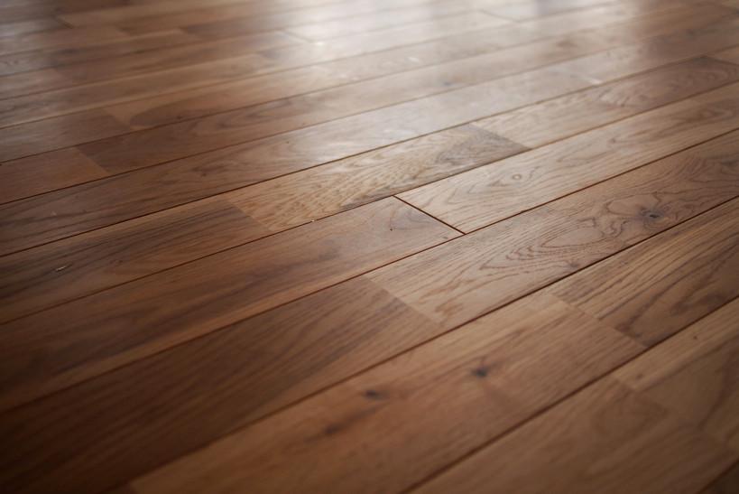 ナラの無垢材を使った床。裸足で踏みしめたい。