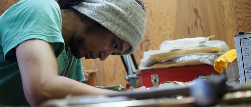 力を入れて刃物を扱うだけに、緊張感の漂う工房。集中して作業する木田の表情に、職人としての生き様を見た。