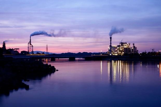 夕暮れ時のみなと大橋。ふたつの工場の間を流れる藤原川が幻想的だ。