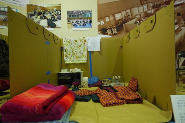 避難所を再現したブース。この畳2枚分のスペースに、被災者が互いに寄り添い、暮らしていたのだ。