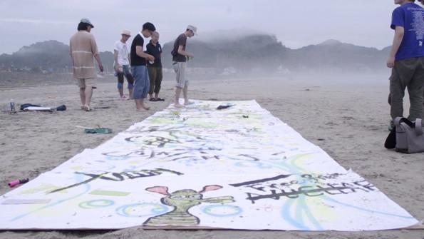 キャンパスへの作画は3時間ほどかけて終了。偶然立ち寄った人たちも自由に描く。