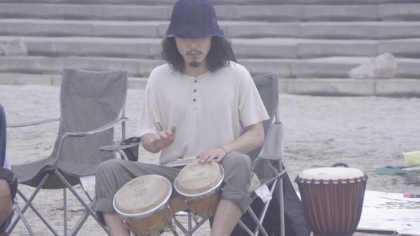 インストゥルメンタルジャズバンドAsyl.のドラムス、スズキツバサもセッションを引き締める。