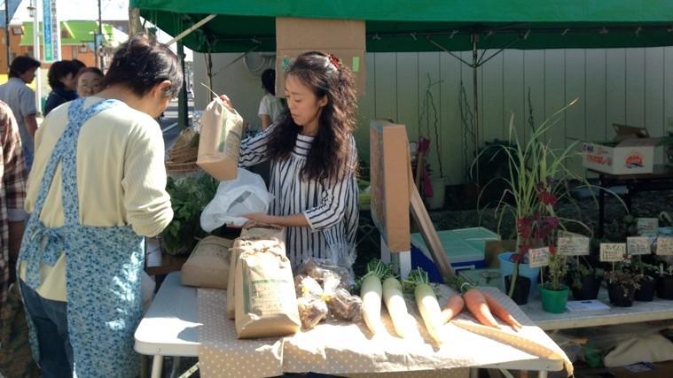 仮設美術館の向かいの空き地には、物販ブース「竹町マート」もオープンした。photo by Ayako TSURUMAKI