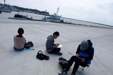 参加者は自由に街に飛び出し、風景を描きとめていく