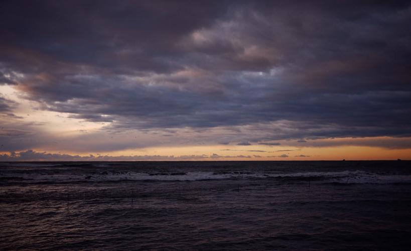 永崎海岸の朝焼け。24時間365日、刻一刻と海は色を変える。