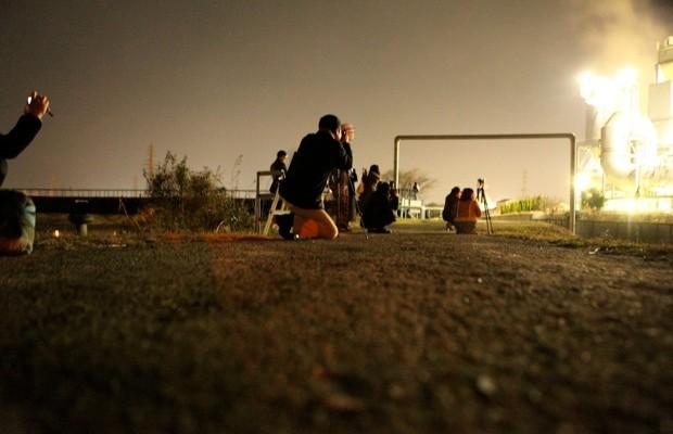 時間の経つのも忘れ、時間ぎりぎりまでファインダーをのぞいてしまう参加者。撮影 : HIZAGAR