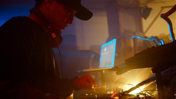 DJ ATOMIC。夜ノ森出身のDJ。いわきで避難生活を送りながら大胆な表現を続ける注目すべき存在。