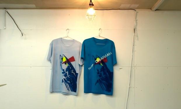 カラーは、濃い青と水色の二色。イエローと赤のスラッシュが目を引く。
