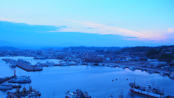 ツアーは、三崎公園の高台からスタート。夕暮れ時の小名浜港をのぞむ。停泊する船が美しい。