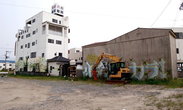 鯨岡ビル本棟だけでなく、2棟の倉庫にも作品が描かれた。かなりのスケール感。