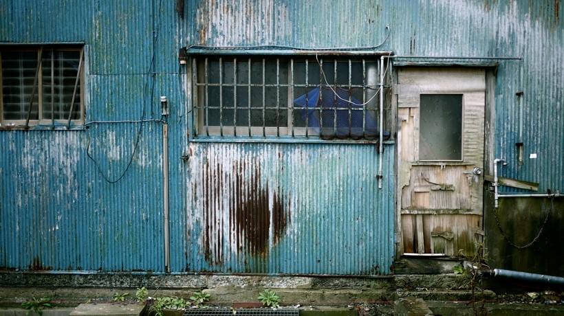 カラフルなトタンの外壁が、味わい深く朽ちていく。滅びの美学そのものを体現している。